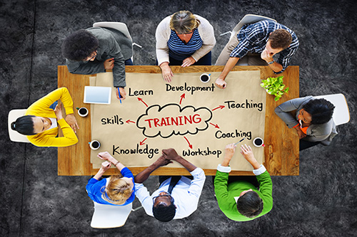 Trainingsgruppe am Tisch – Ausbildung zum Anaphylaxietrainer